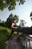 Ragazza che allunga nel bello parco Fotografia Stock