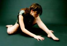 Ragazza che allunga sul pavimento Fotografie Stock