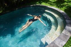 Ragazza che annega nello stagno Ragazza in pericolo fotografia stock libera da diritti