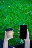 Ragazza che ascolta la musica e che parla sul telefono fotografia stock libera da diritti