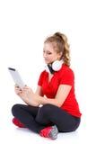 Ragazza che ascolta la musica su un computer della compressa Immagine Stock