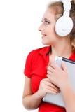 Ragazza che ascolta la musica su un computer della compressa Fotografie Stock Libere da Diritti