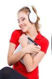 Ragazza che ascolta la musica su un computer della compressa Immagini Stock Libere da Diritti
