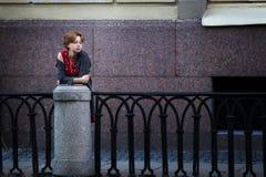 Ragazza che aspetta sul ponte Immagine Stock