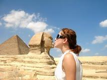 Ragazza che bacia lo Sphinx Immagine Stock