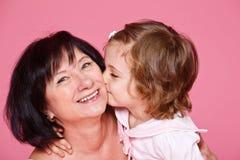 Ragazza che bacia nonna Fotografie Stock