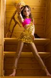 Ragazza che balla ballo indiano in casa di legno Immagine Stock