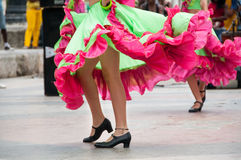 Ragazza che balla i vecchi balli con il vestito verde ed arancio Fotografie Stock Libere da Diritti