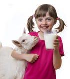 Ragazza che beve latte di capra sano immagini stock libere da diritti