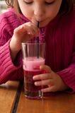 Ragazza che beve limonata rosa Fotografia Stock Libera da Diritti