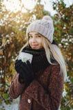 Ragazza che beve tè caldo all'aperto nell'inverno fotografie stock libere da diritti