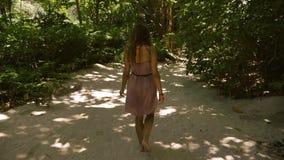 Ragazza che cammina al rallentatore nella giungla della foresta dell'isola stock footage