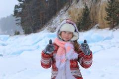 Ragazza che cammina all'inverno Fuoco sul fronte Immagini Stock Libere da Diritti