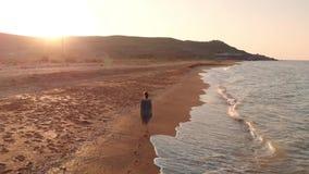 Ragazza che cammina alla spiaggia archivi video
