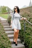 Ragazza che cammina/bella ragazza nella vista del parco di Varsavia Immagini Stock