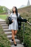 Ragazza che cammina/bella ragazza nella vista del parco di Varsavia Fotografie Stock