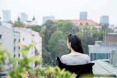 Ragazza che cammina/bella ragazza nella vista del parco di Varsavia Fotografia Stock Libera da Diritti