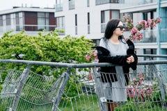 Ragazza che cammina/bella ragazza nella vista del parco di Varsavia Immagini Stock Libere da Diritti