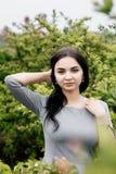 Ragazza che cammina/bella ragazza nella vista del parco di Varsavia Fotografia Stock
