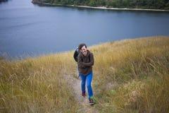 Ragazza che cammina con un amico in natura fotografia stock libera da diritti