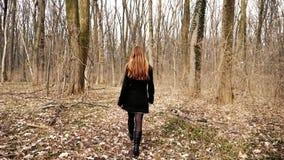 Ragazza che cammina da solo nella foresta al rallentatore video d archivio