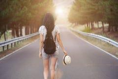 Ragazza che cammina da solo sulla strada di montagna Fotografie Stock Libere da Diritti