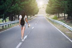 Ragazza che cammina da solo sulla strada di montagna Immagini Stock Libere da Diritti