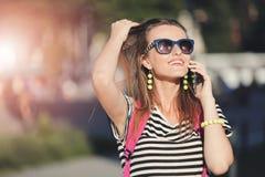 Ragazza che cammina e che usando Smartphone fotografie stock
