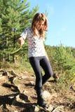 Ragazza che cammina giù nella foresta Fotografia Stock
