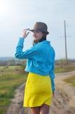 Ragazza che cammina i campi di estate Fotografie Stock Libere da Diritti