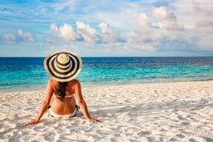 Ragazza che cammina lungo una spiaggia tropicale in Maldive Immagini Stock