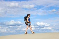 Ragazza che cammina nel deserto Fotografia Stock