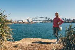 Ragazza che cammina nel parco a Sydney fotografie stock libere da diritti