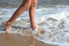 Ragazza che cammina nell'acqua Immagine Stock