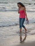 Ragazza che cammina nell'oceano fotografia stock