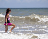 Ragazza che cammina nell'oceano immagini stock libere da diritti