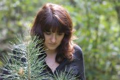 Ragazza che cammina nella foresta Immagini Stock Libere da Diritti