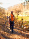 ragazza che cammina nella sosta Fotografia Stock Libera da Diritti