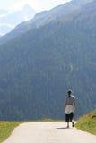 Ragazza che cammina nelle alpi svizzere Immagini Stock Libere da Diritti