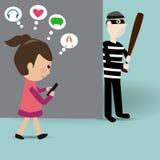 Ragazza che cammina sull'uso della via lo Smart Phone Fotografia Stock