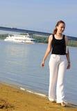 Ragazza che cammina sulla riva del fiume Fotografia Stock Libera da Diritti