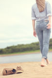 Ragazza che cammina sulla sabbia Fotografie Stock Libere da Diritti