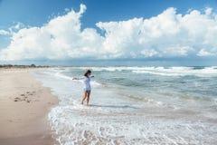 Ragazza che cammina sulla spiaggia immagine stock