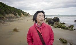 Ragazza che cammina sulla spiaggia fotografie stock libere da diritti
