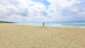 Ragazza che cammina sulla spiaggia Fotografia Stock Libera da Diritti