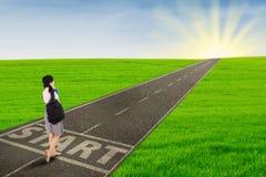 Ragazza che cammina sulla strada per iniziare il suo futuro Fotografia Stock