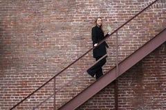 Ragazza che cammina sulle scale Immagine Stock