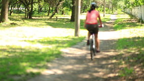 Ragazza che cammina una foresta della bici video d archivio