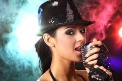 Ragazza che canta al partito di musica Immagine Stock Libera da Diritti