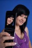 Ragazza che cattura ritratto automatico per mezzo del telefono mobile Immagini Stock Libere da Diritti